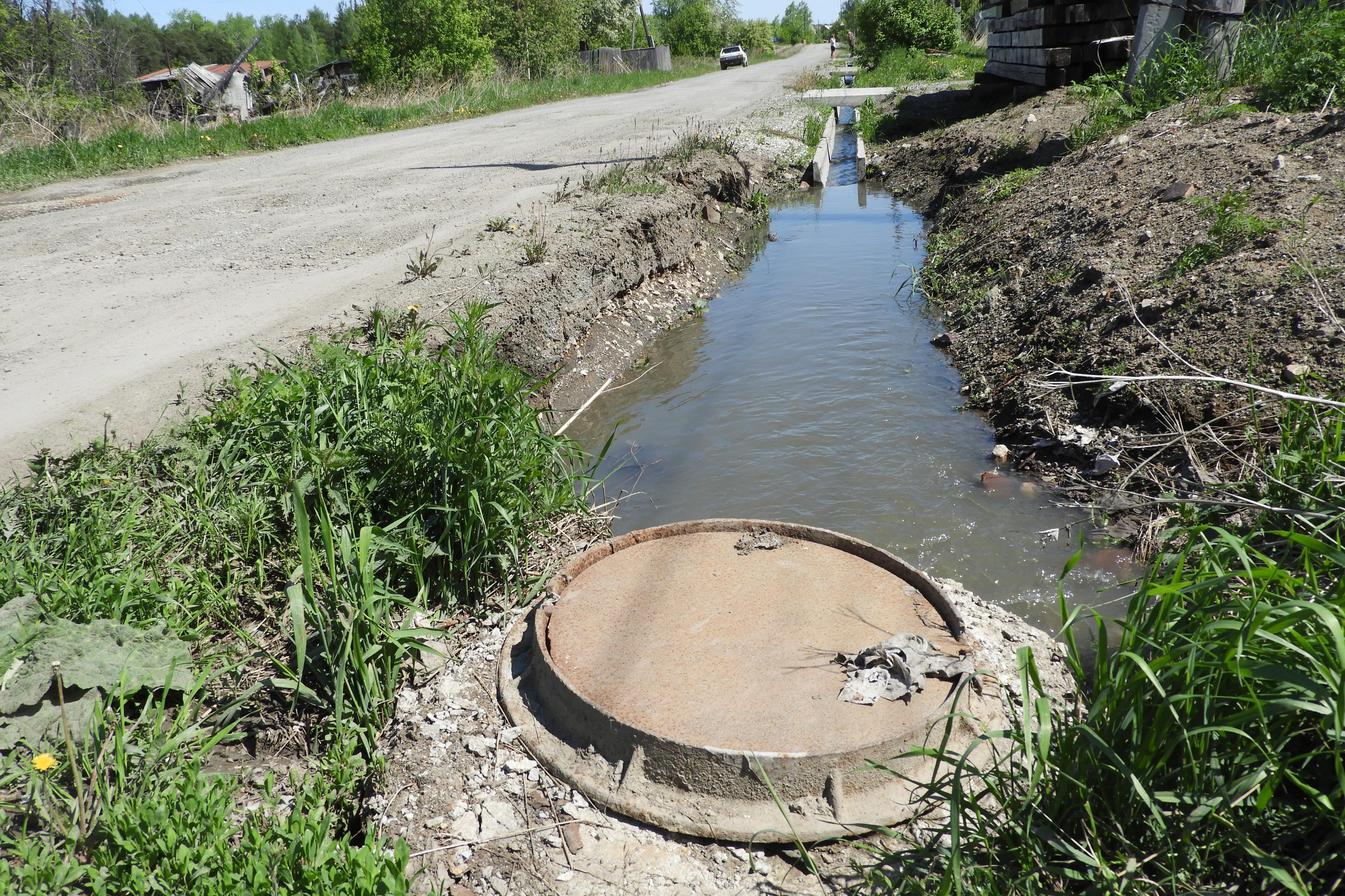 В Турью вновь текут отходы из канализации